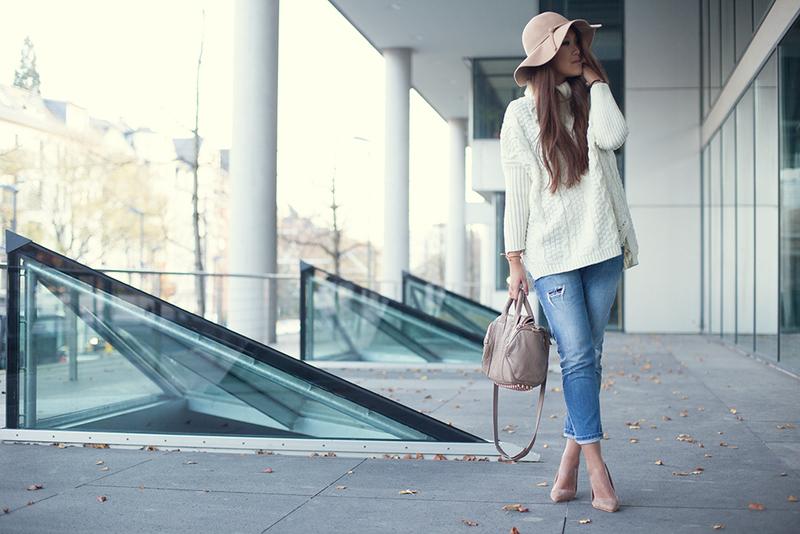 Weiße, beige und Girlfriend-Jeans.