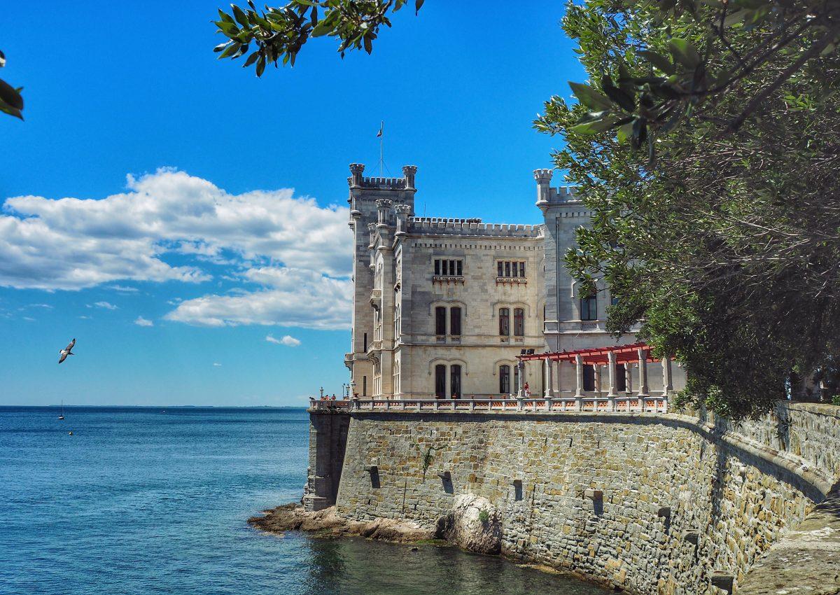 Zwischenstopp von Pula nach Venedig: Schloss Miramare bei Triest